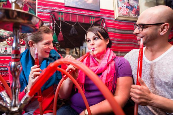 友達 喫煙 水ギセル ラウンジ 一緒に 女性 ストックフォト © Kzenon