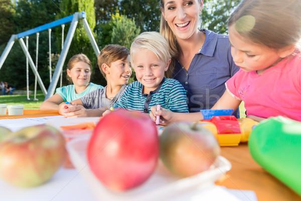 Stockfoto: Mamma · schilderij · foto's · kinderen · lunchpauze · vrouw