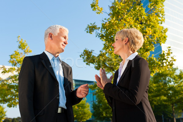 Geschäftsleute sprechen Freien reifen Senior stehen Stock foto © Kzenon