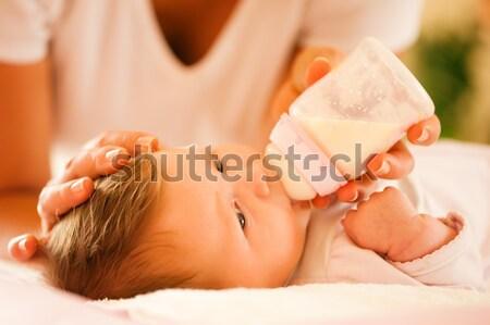 Madre baby bottiglia scena tranquilla famiglia Foto d'archivio © Kzenon