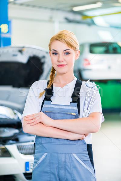 Weiblichen Automechaniker arbeiten Auto Workshop Arbeit Stock foto © Kzenon