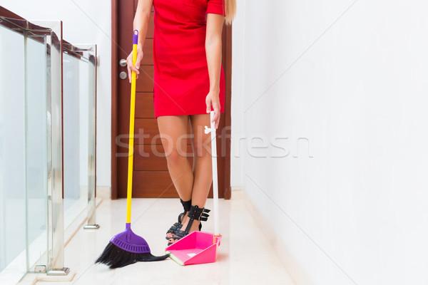 Zdjęcia stock: Kobieta · czyszczenia · w · górę · piętrze · miotła · łopata