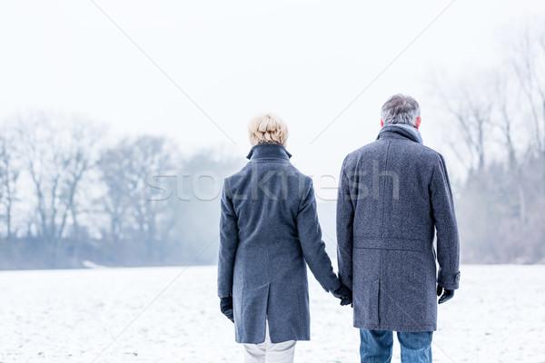 Pareja de ancianos invierno caminata mujer caminando solo Foto stock © Kzenon