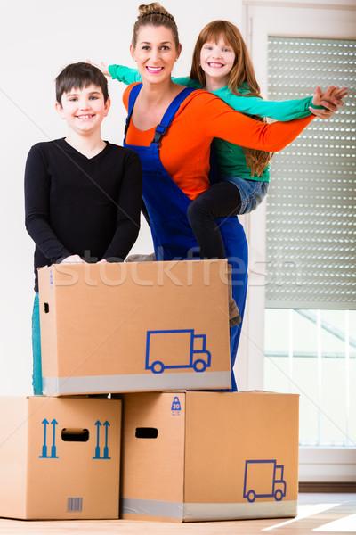 Anya gyerekek mozog új ház otthon család Stock fotó © Kzenon