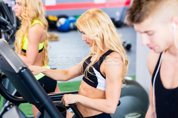 Futópad csoport testmozgás fitnessz tornaterem férfiak Stock fotó © Kzenon