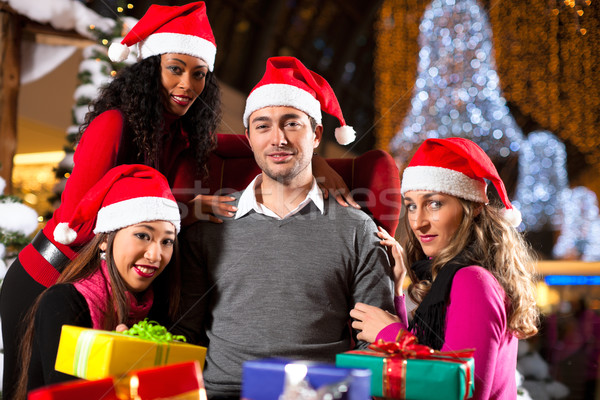 Vrienden christmas winkelen presenteert mall groep Stockfoto © Kzenon