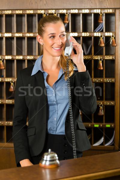 Recepcji hotel biurko połączenia kobieta Zdjęcia stock © Kzenon