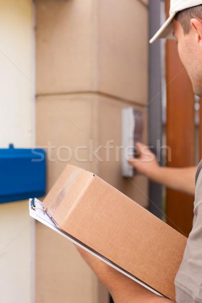 Servizio postale consegna pacchetto postino piedi porta Foto d'archivio © Kzenon