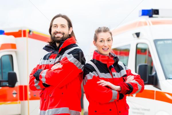 Urgence médecin paramédicaux ambulance infirmière permanent Photo stock © Kzenon
