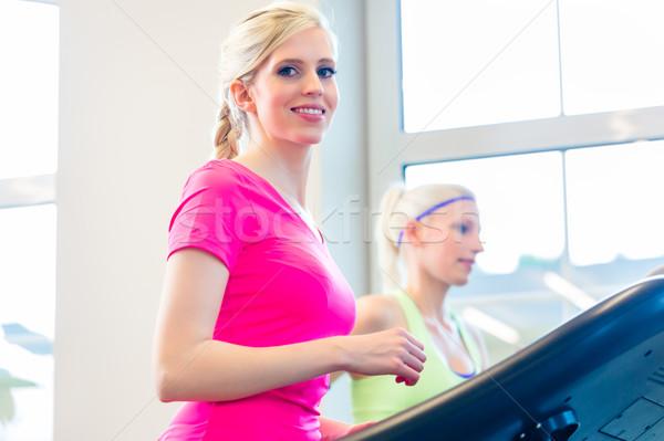 Vrouwen gymnasium sport tredmolen fitness lopen Stockfoto © Kzenon