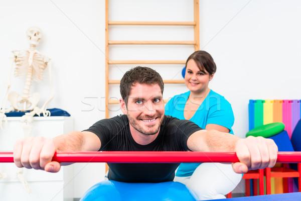 Jonge man fysiotherapie bal gymnasium Stockfoto © Kzenon