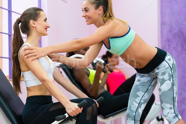 Fitness instructeur helpen vrolijk vrouw Maakt een reservekopie Stockfoto © Kzenon