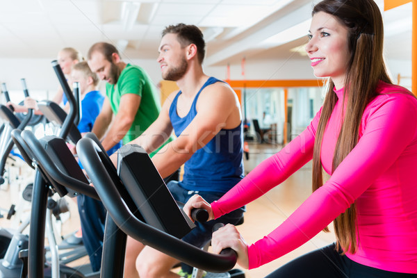 Mannen vrouwen cardio fietsen gymnasium mannelijke Stockfoto © Kzenon