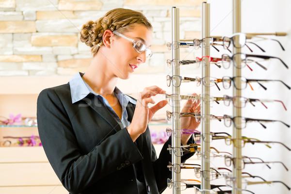 Jeune femme opticien verres puissance client vendeur Photo stock © Kzenon
