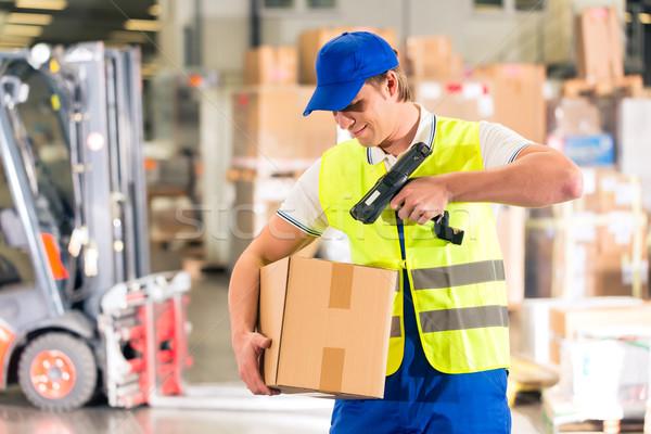 Lavoratore pacchetto magazzino gilet scanner barcode Foto d'archivio © Kzenon