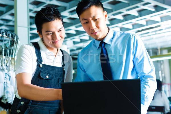 Munkás felügyelő laptop gyár kínai gyártás Stock fotó © Kzenon