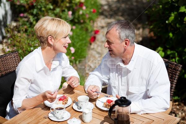 Maturité couple café porche couple de personnes âgées gâteau aux fraises Photo stock © Kzenon