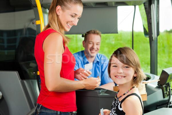 Madre nino embarque autobús compra billete Foto stock © Kzenon