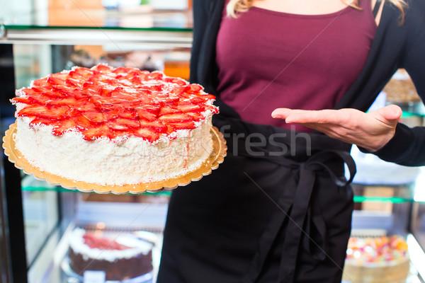 Kobiet piekarz ciasto wyroby cukiernicze taca Zdjęcia stock © Kzenon
