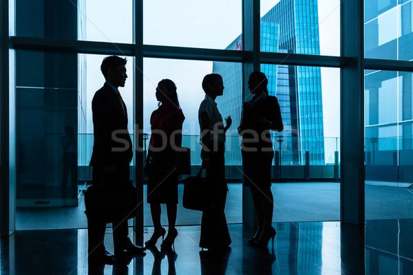 Csoport üzletemberek áll lobbi előcsarnok városkép Stock fotó © Kzenon