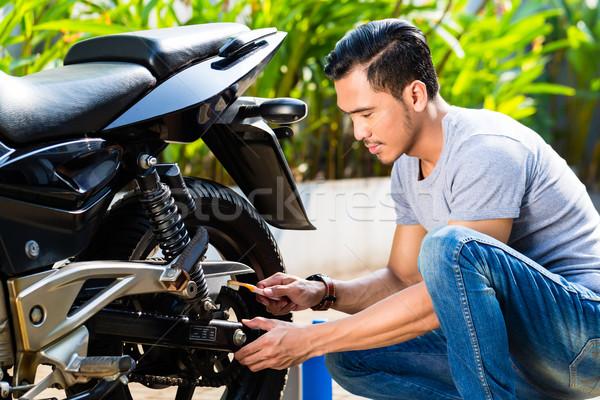 Asiático homem motocicleta manutenção jardim trabalhar Foto stock © Kzenon
