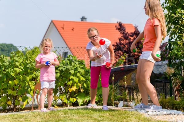 Schwestern spielen Garten Vorderseite home drei Stock foto © Kzenon