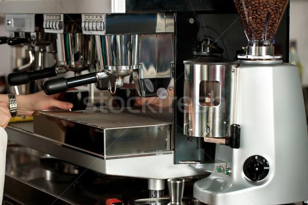 Barista espresso mano caffè lavoro lavoro Foto d'archivio © Kzenon