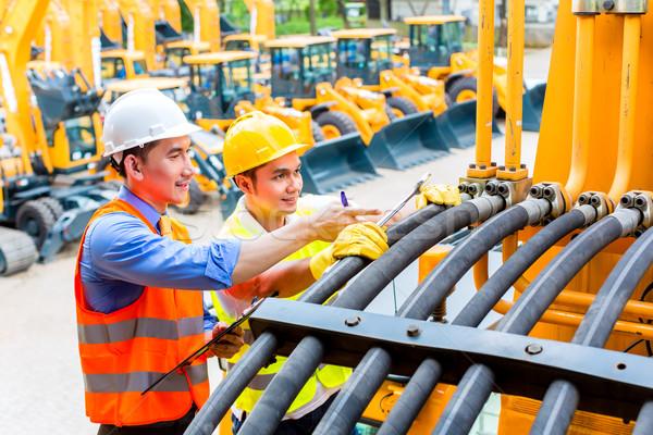 ázsiai szerelő mérnök gép motor megbeszél Stock fotó © Kzenon