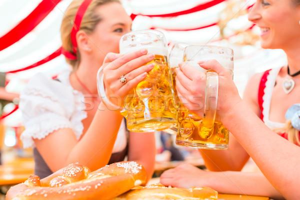 Amigos potable cerveza oktoberfest junto traje Foto stock © Kzenon
