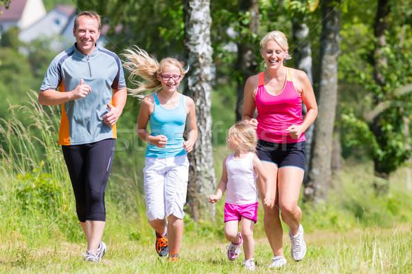 Famille sport jogging domaine parents enfants Photo stock © Kzenon