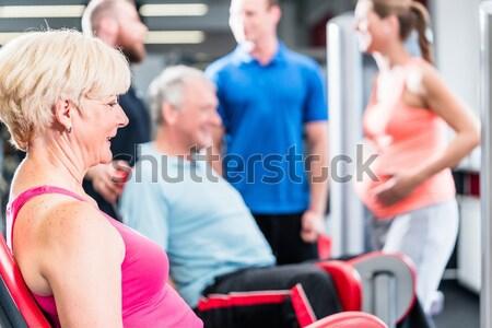 Férfiak nők futópad tornaterem csoport fitnessz Stock fotó © Kzenon