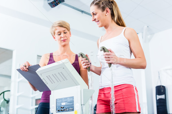 Entrenador cuerpo grasa escala gimnasio Foto stock © Kzenon