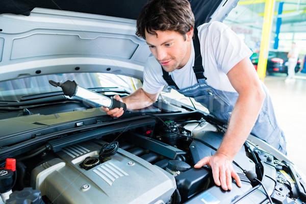 Mécanicien automobile travail voiture Ouvrir la atelier magasin Photo stock © Kzenon