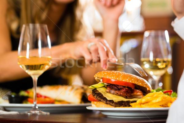Сток-фото: счастливым · пару · ресторан · есть · быстрого · питания · человека