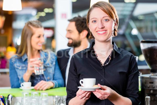 Barista presenteren espresso cafe man koffie Stockfoto © Kzenon