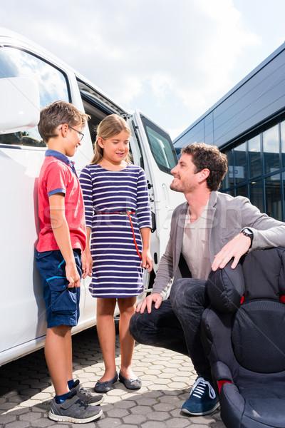 Baba çocuklar satın alma aile araba satıcısı erkek Stok fotoğraf © Kzenon