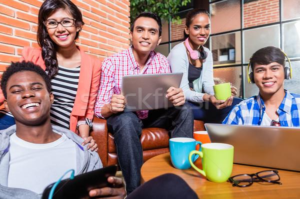 Grup çeşitlilik kolej Öğrenciler öğrenme kampus Stok fotoğraf © Kzenon