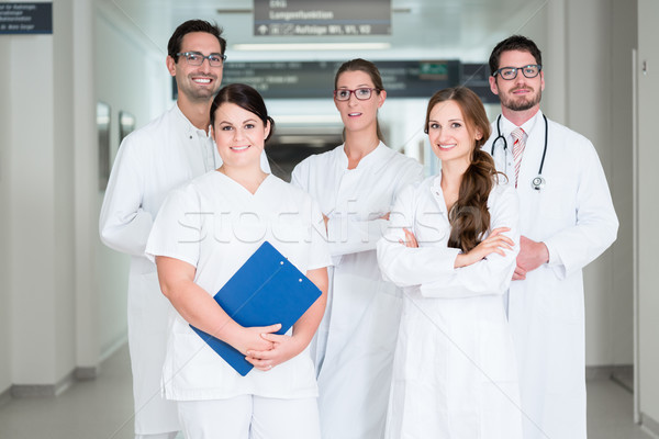 Stok fotoğraf: Takım · doktorlar · ayakta · hastane · koridor · laboratuvar