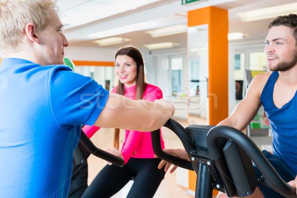 Grupo homens mulheres cardio treinamento ginásio Foto stock © Kzenon