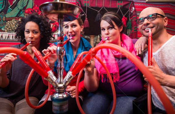 Vrienden roken hookah salon samen vrouw Stockfoto © Kzenon