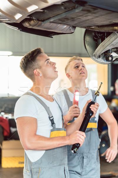 Szakképzett autószerelő rázkódás autó oldalnézet együtt dolgozni Stock fotó © Kzenon