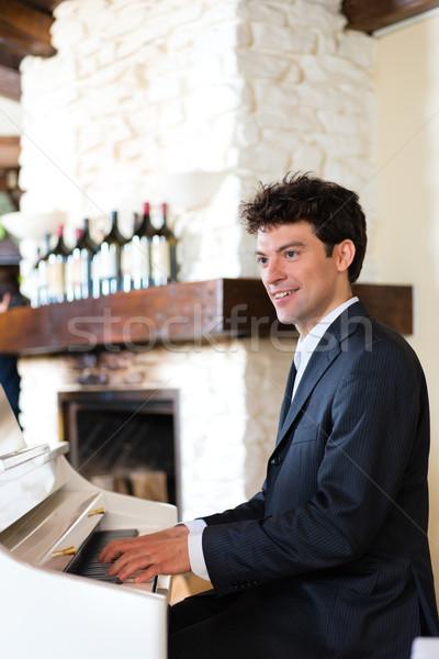 Zongorista étterem zongora gyönyörű musical légkör Stock fotó © Kzenon
