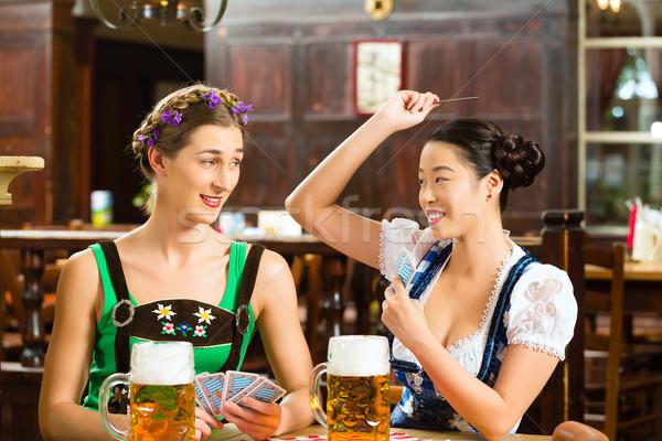 Freunde trinken Bier Veröffentlichung Spielkarten Lederhosen Stock foto © Kzenon