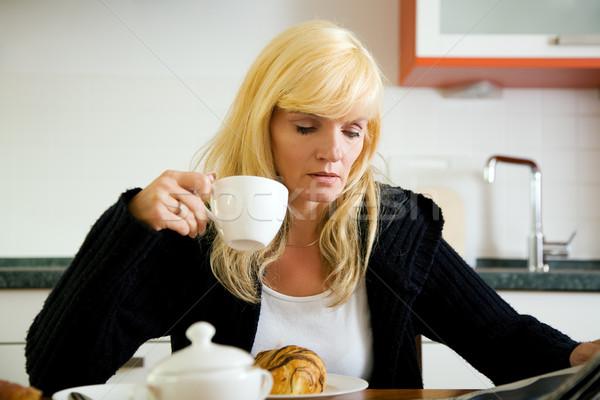 Sabah kâğıt kadın oturma mutfak içme Stok fotoğraf © Kzenon