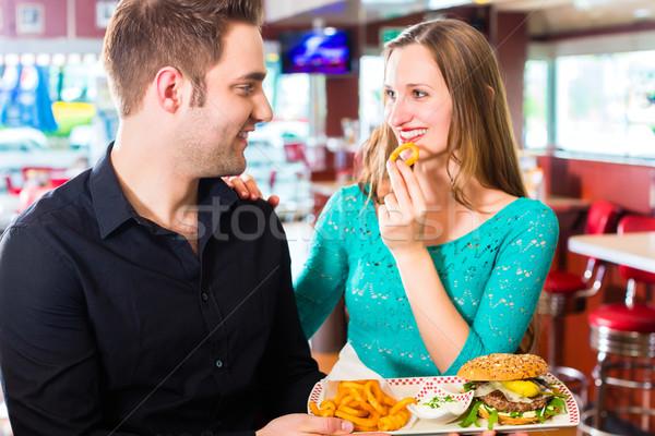 Stockfoto: Vrienden · paar · eten · fast · food · hamburger · frietjes