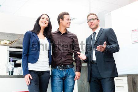 пару консультации продавцом внутренний кухне человека Сток-фото © Kzenon