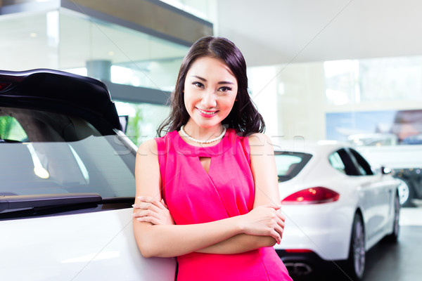 Asian cinese donna acquisto suv auto Foto d'archivio © Kzenon