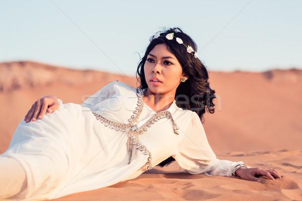 Kobieta piasku arabski pustyni wygaśnięcia Zdjęcia stock © Kzenon