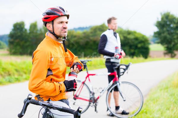 Due sport ciclisti break erba strada Foto d'archivio © Kzenon