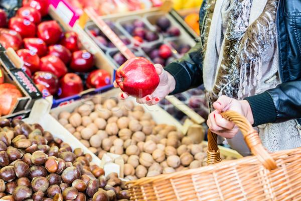 Vrouw kopen vruchten markt kraam winkelen Stockfoto © Kzenon